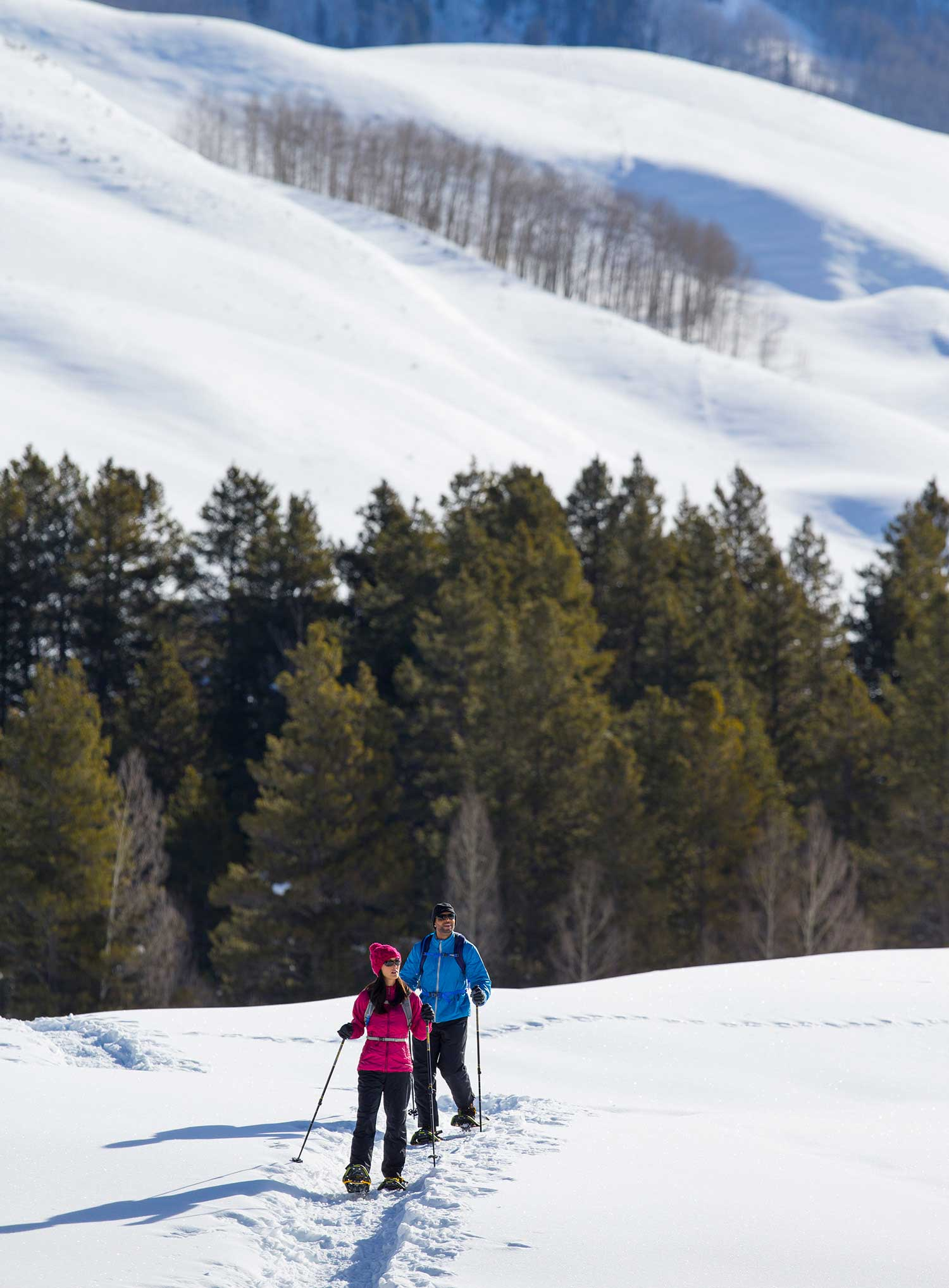 man-woman-cross-country-skiing-in-mountains
